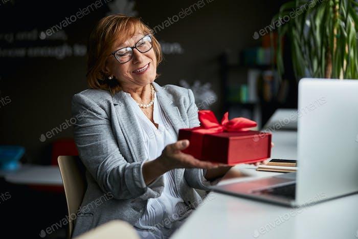 Retrato de mujer tierna que celebra cumpleaños