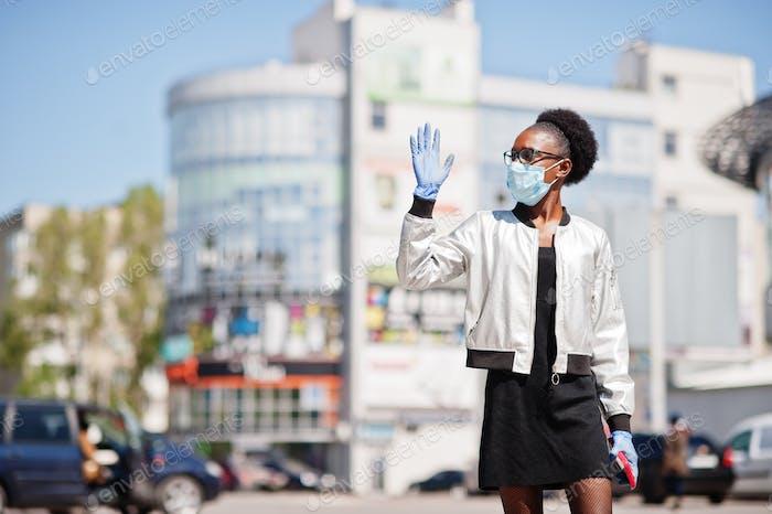 Африканская женщина в одноразовой медицинской маске