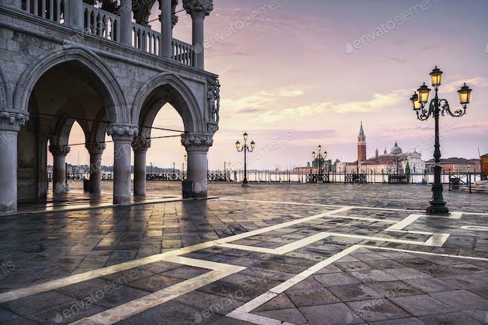 Venedig Wahrzeichen in der Morgendämmerung, Piazza San Marco, Dogenpalast und San G