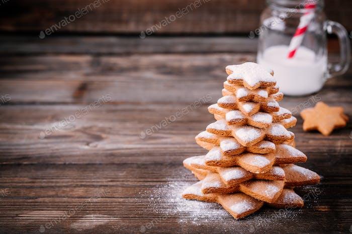 Hausgemachte gebackene Weihnachts-Lebkuchenbaum mit Puderzucker