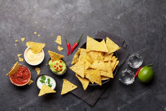 Mexikanische Nachos Chips und Tequila
