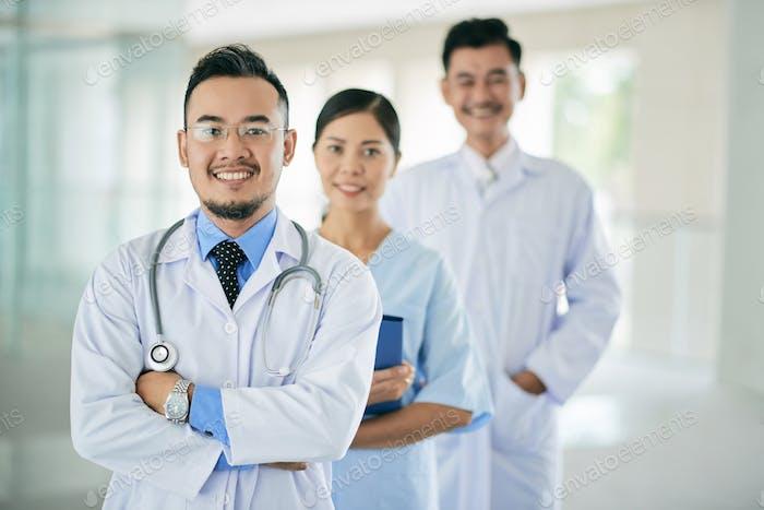 Lächelnder Allgemeinmediziner