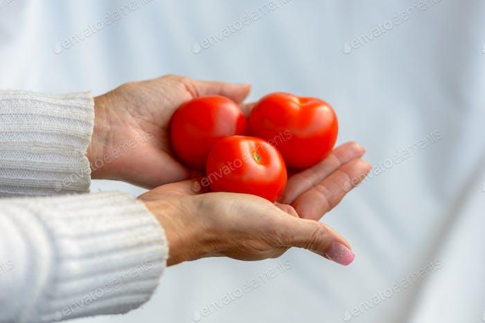 Портрет женщины, держащей помидоры