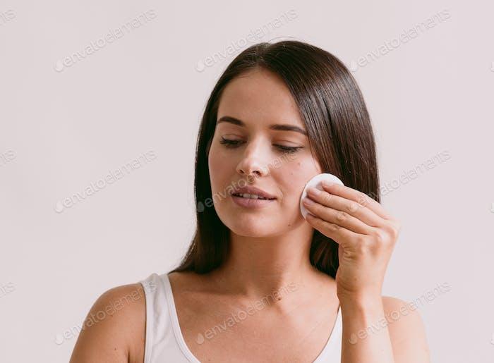 Wattepad Frau Gesicht entfernen Make-up gesunde Haut natürliche Make-up