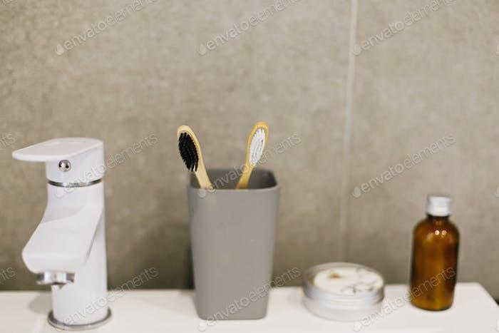 Bambus Zahnbürste, Ubtan für Haut, solides Shampoo in Metalldose, Zahnpasta in Metallrohr