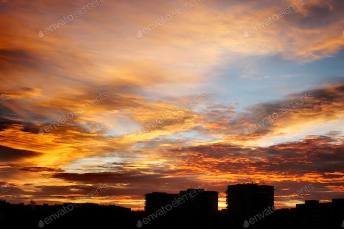 wunderschöner Blick auf Sonnenaufgang über Stadtgebäude im Sommer
