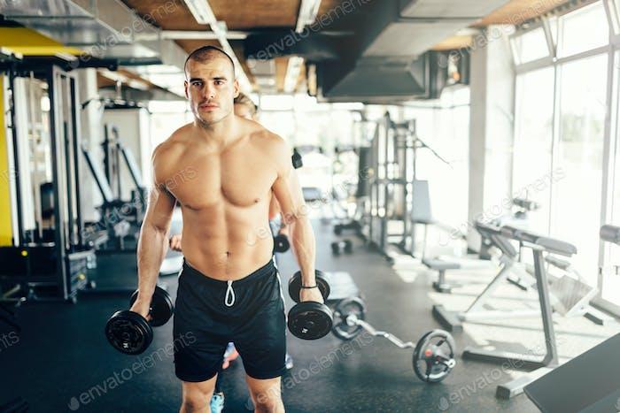 Bodybuilder trainieren im Fitness-Studio