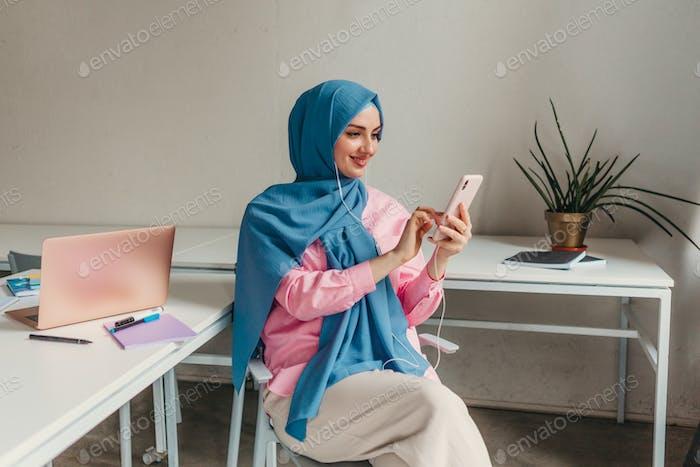 mujer musulmana moderna en hiyab en la sala de oficina