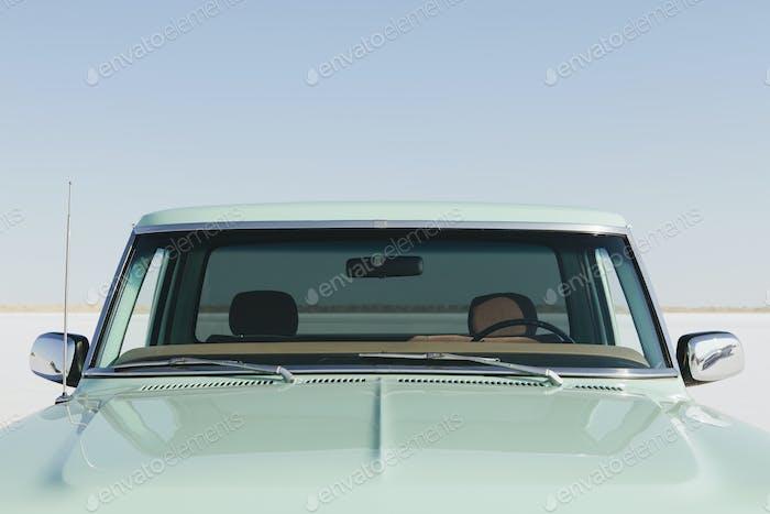 Detail eines alten Ford F100 Pickup Truck, die Windschutzscheibe und Motorhaube. Bonneville Salinen.