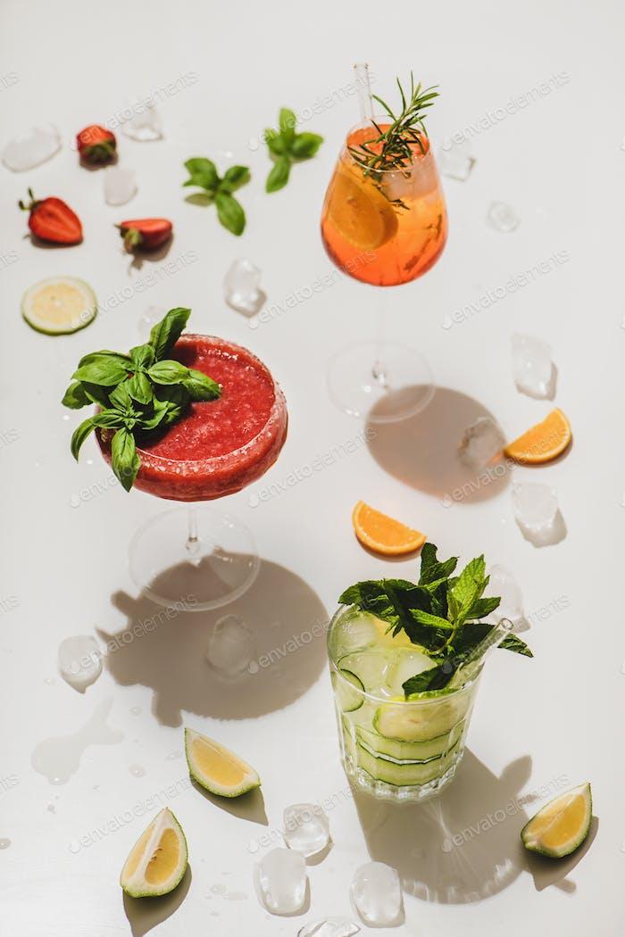 Beliebte Bar Sommer Eis alkoholische Cocktails auf weißem Hintergrund