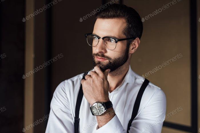 модный вдумчивый человек в модных очках