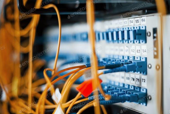 Nahaufnahme von Internetgeräten und Kabeln im Serverraum