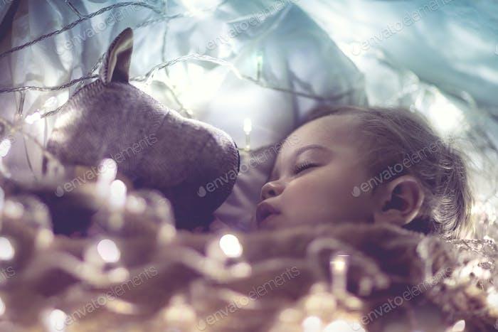 Süße Baby schlafen mit Stofftier