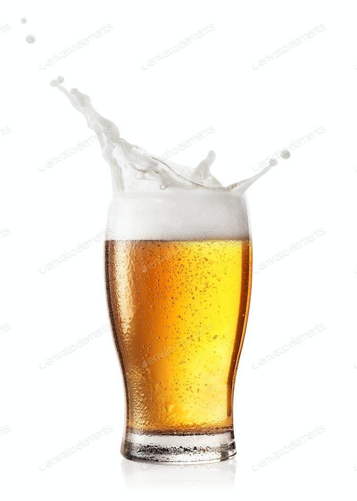 Spritzer Schaum in Glas Bier