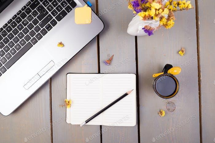 Notizbuch, Kaffee und Blumen für Frauen zu Hause oder Büro Arbeitsplatz