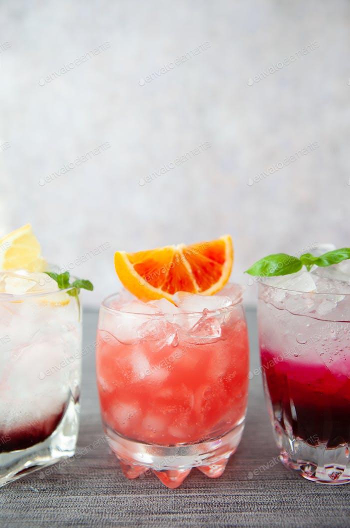Auswahl an erfrischenden Cocktails
