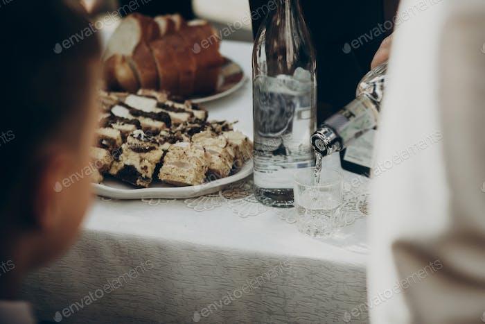 Mann Toasten mit Wodka im Glas
