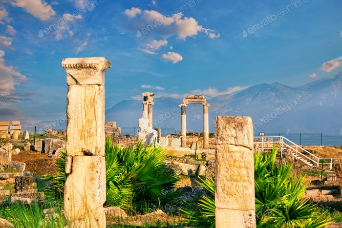 Antike Stadt Hierapolis und eine Statue von Pluto oder Hades