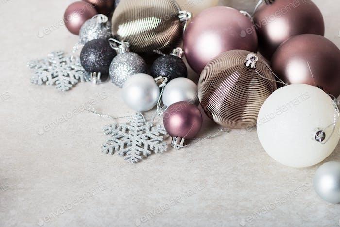 Weihnachtskugeln als Vorbereitung für die Dekoration von Weihnachtsbaum