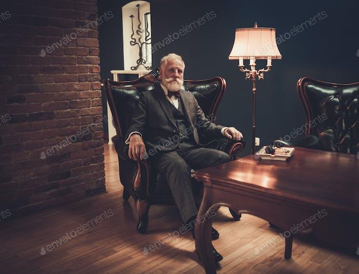Старший человек в роскошном интерьере