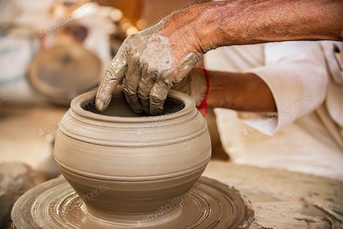 Поттер на работе делает керамические блюда. Индия, Раджастхан.