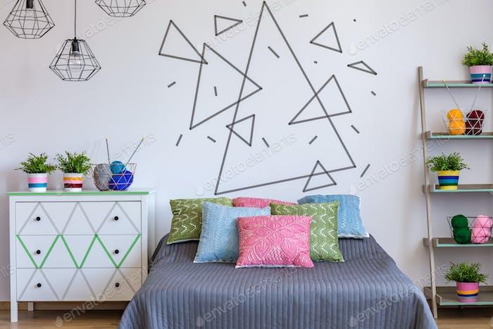 Schlafzimmer mit farbenfrohem Bett