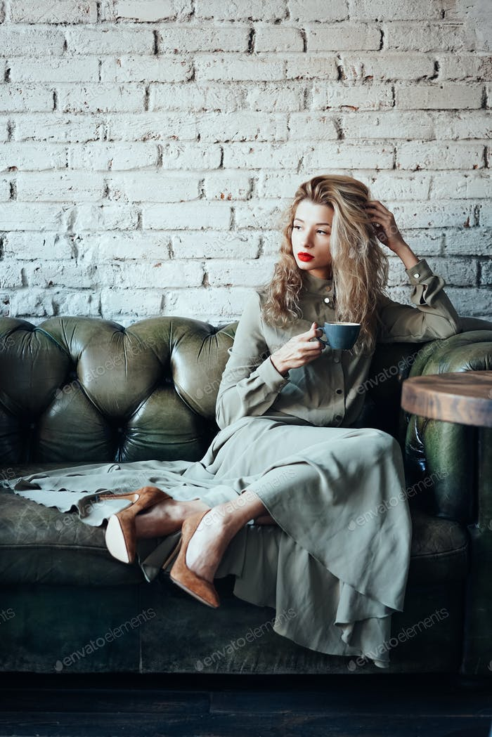 joven hermosa Mujer sentado en un sofá