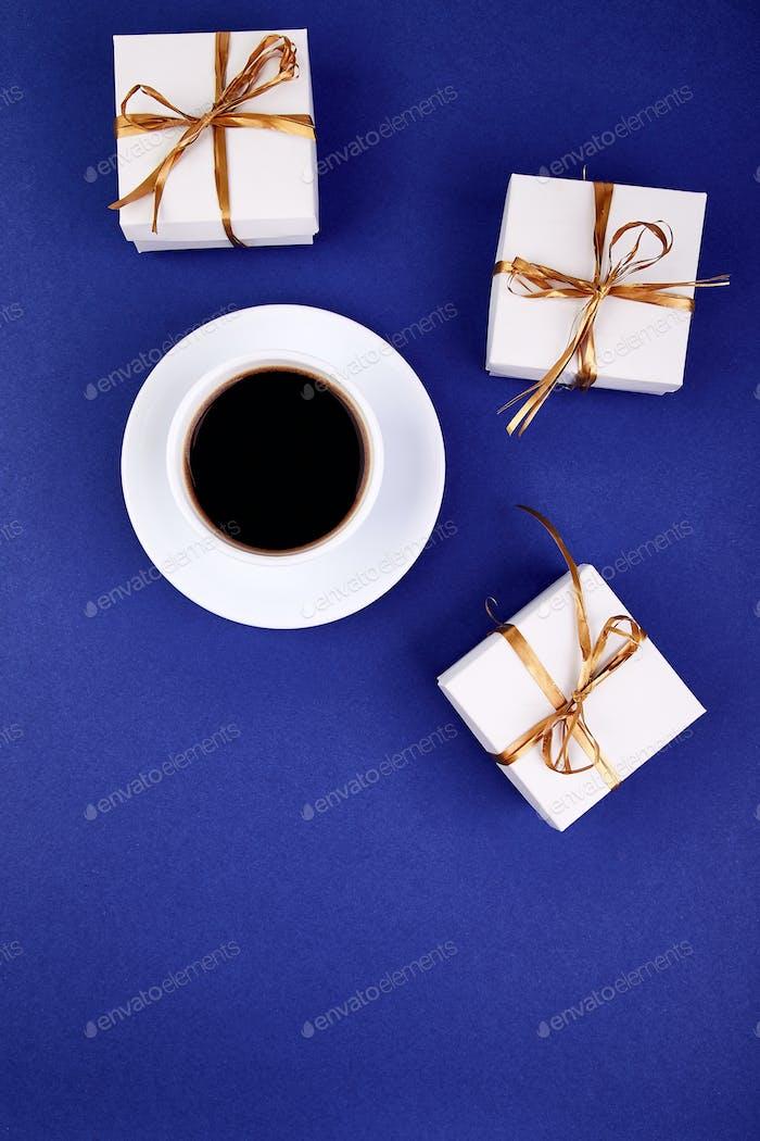 Weiße Geschenkbox mit goldenem Band
