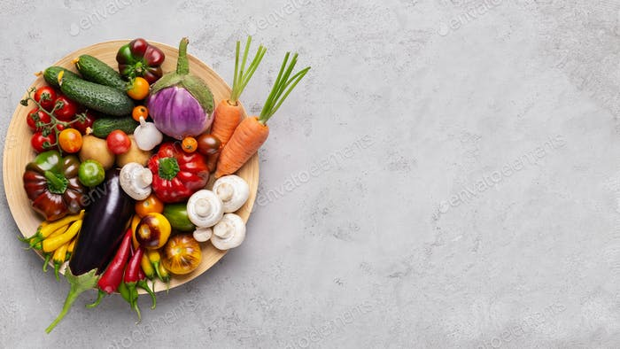 Frisches Bio-Gemüse in Teller auf grau