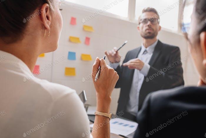 Женщина во время деловой презентации