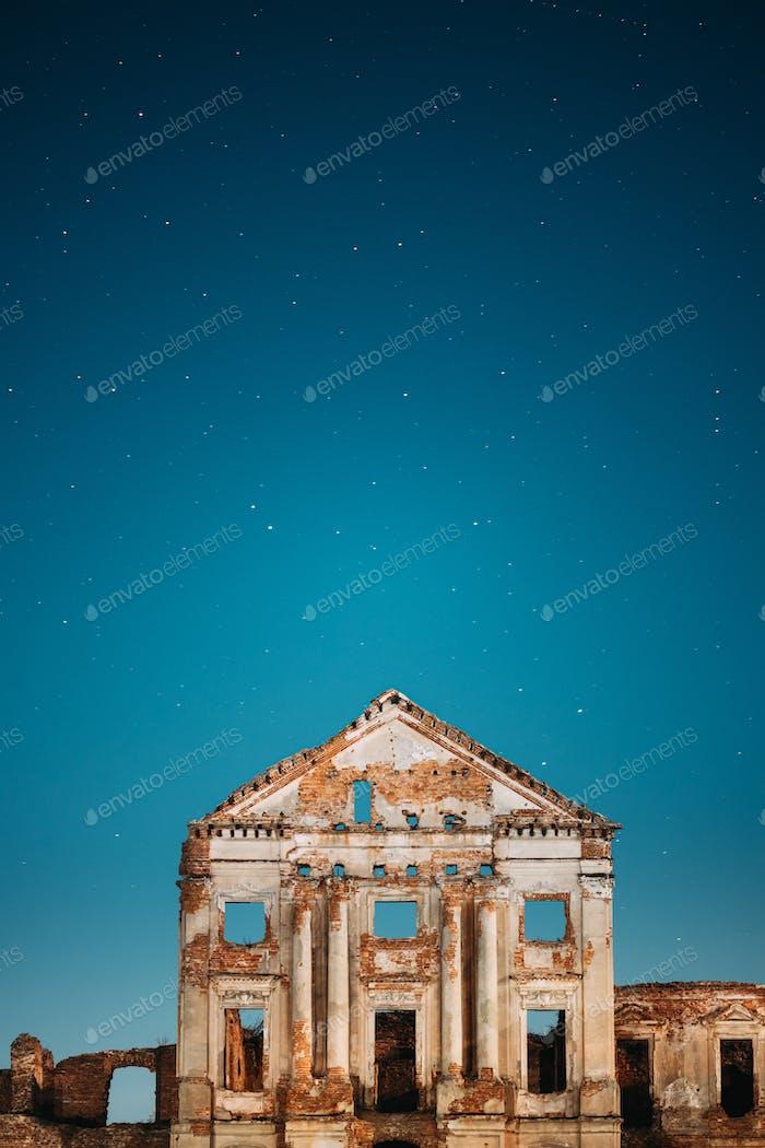 Ruschany, Region Brest, Weißrussland. Sternenhimmel über dem Ruzhany Palace. Berühmte beliebte historische