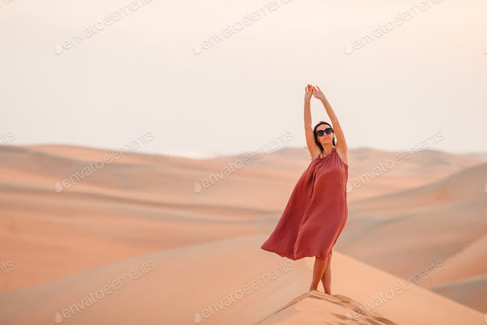 Mädchen unter Dünen in Rub al-Khali Wüste in Vereinigte Arabische Emirate