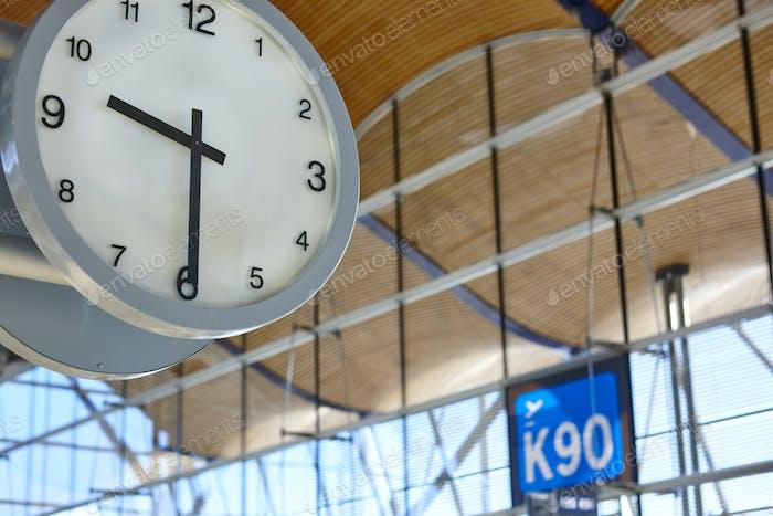 Informationen über den Indoor-Flughafen. Abfluggate. Reisehintergrund. Zeit. Horizontal