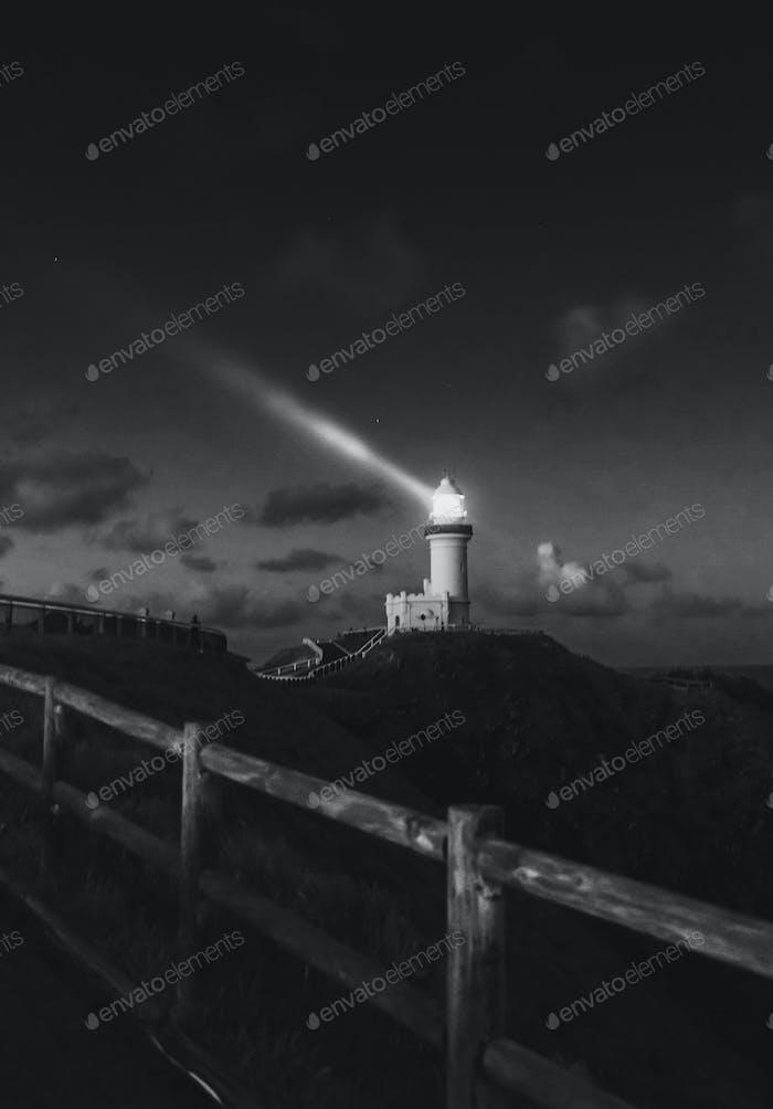 Leuchtturm am Berg bei Nacht