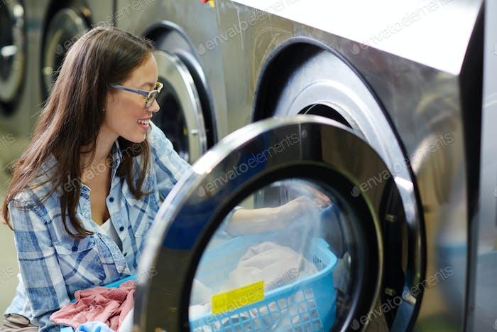 Mujer en lavandería