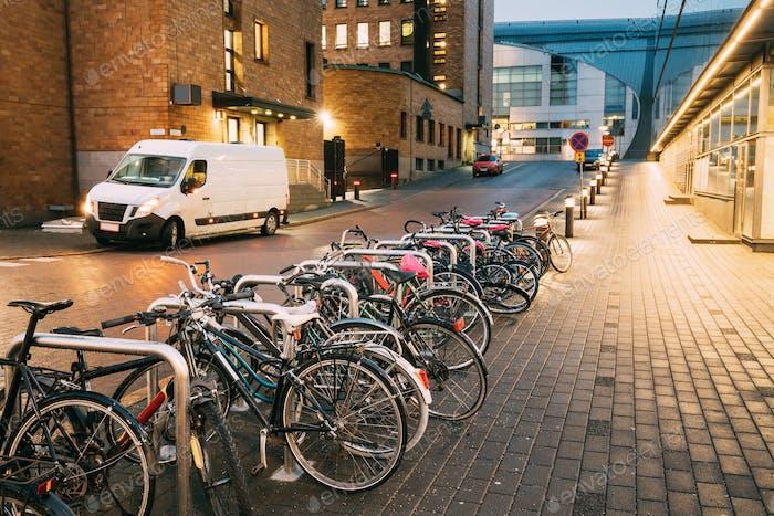 Helsinki, Finlande. Vélos garés près des vitrines à Postgrand