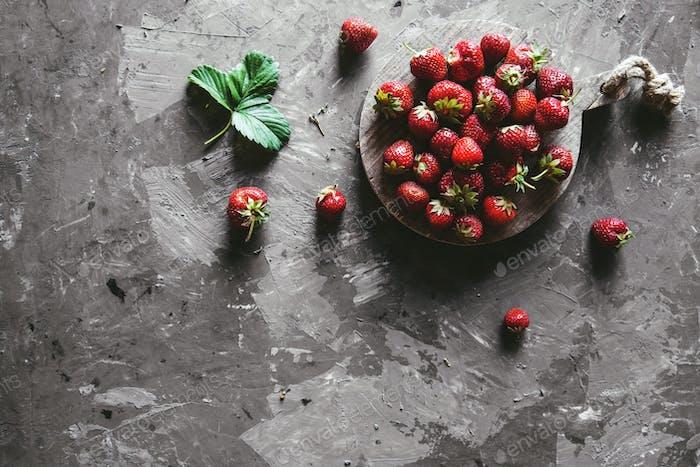 Erdbeeren auf einem grauen Hintergrund. Gesunde und frische Lebensmittel, Obst
