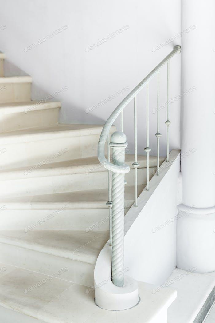 Escaleras blancas con barandilla blanca vintage