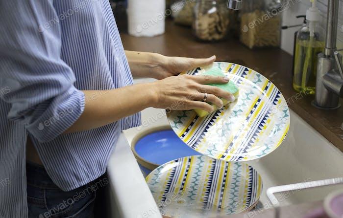 Frau putzen Geschirr