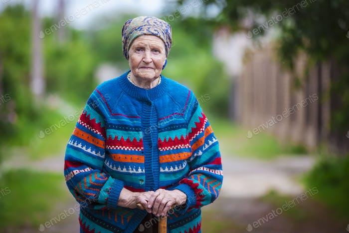 Porträt einer alten Frau im freien