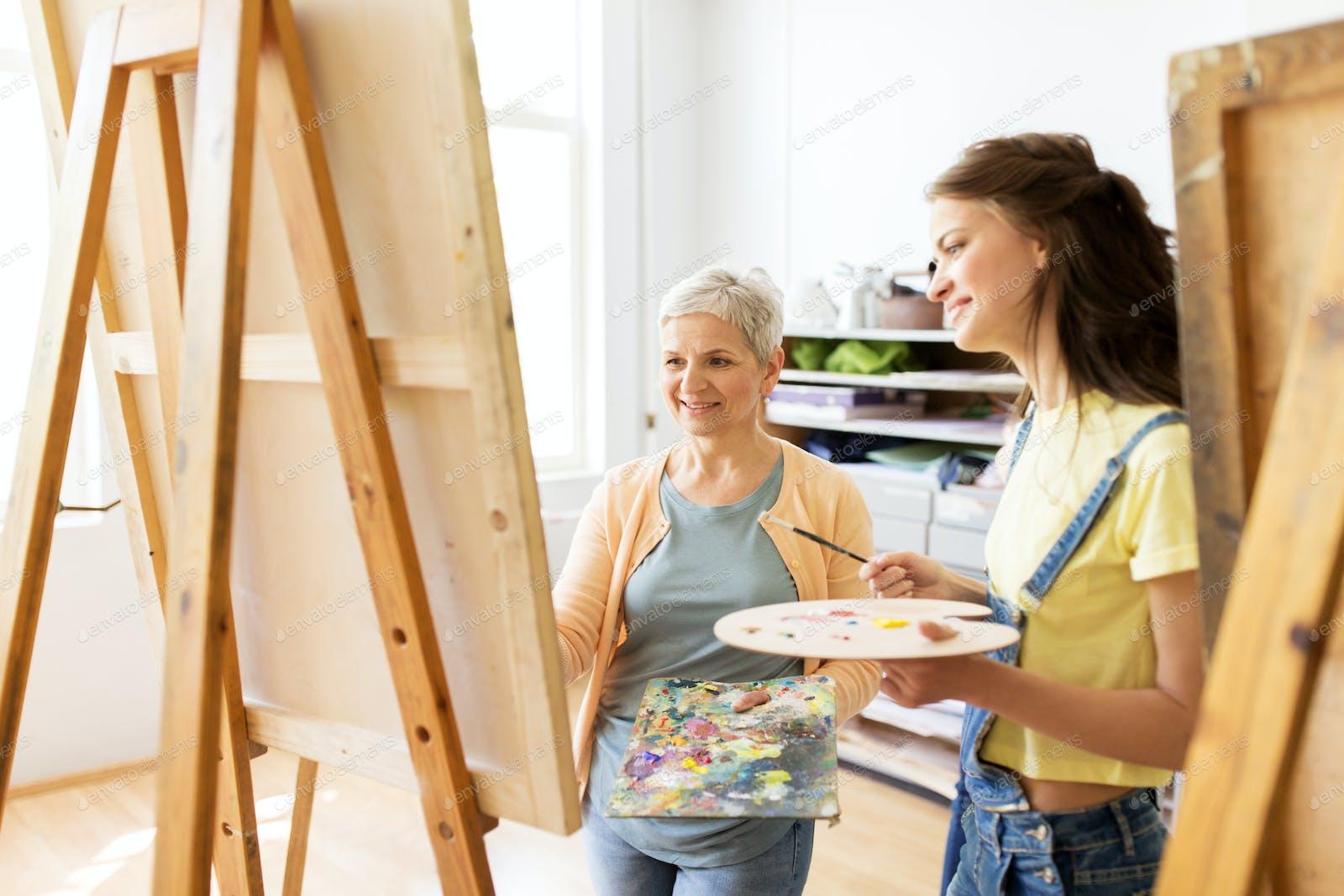 подсмотрел голыми фото счастливая семья с мольбертом кафедре экологии
