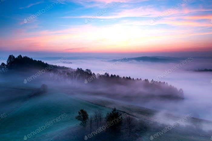 Polnische Landschaft am frühen Herbst nebligen Morgen