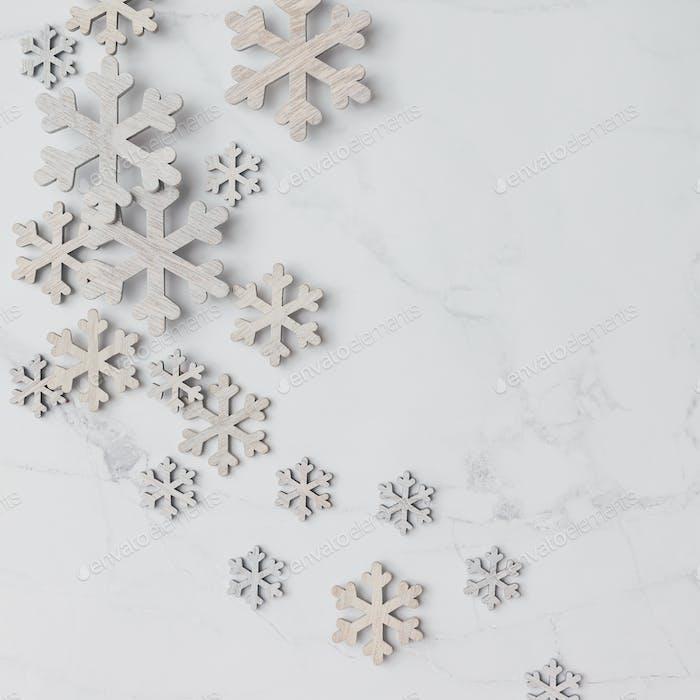 Wintermuster aus Schneeflocken auf Marmorhintergrund. Winterkonzept Flache Lag.
