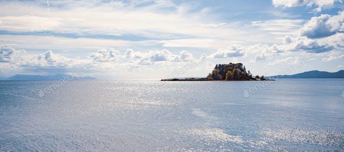 Kleine Insel mit Bäumen im Ionischen Meer
