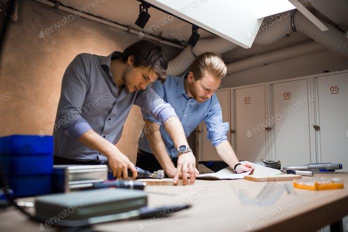 Два дизайнера работают вместе