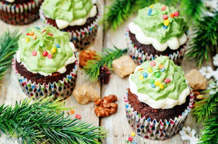 Schokoladen-Cupcakes mit grünem Zuckerguss und Streuseln im Urlaub