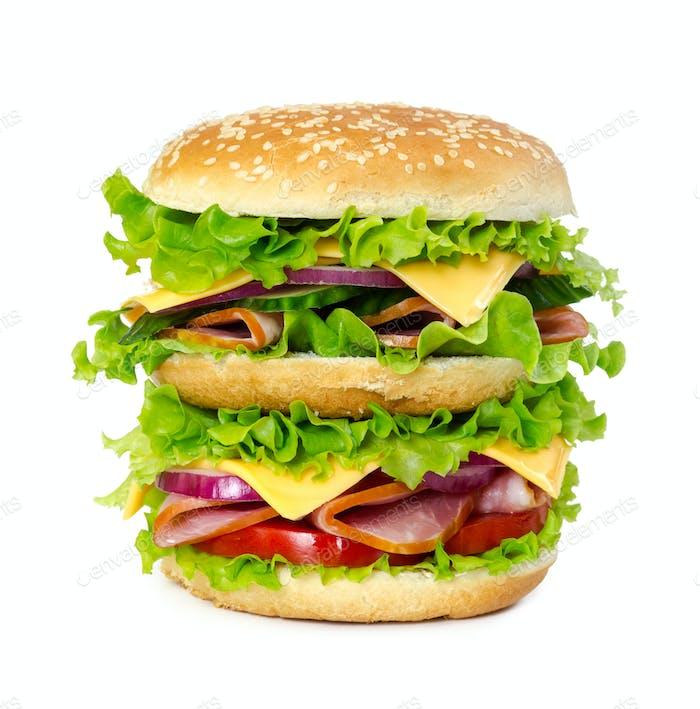 Großes Sandwich mit Schinken, Tomaten, Käse, Zwiebeln und Salat