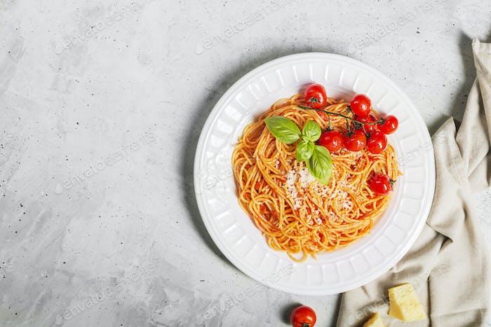 Spaghetti mit Tomatensauce und Kirsche