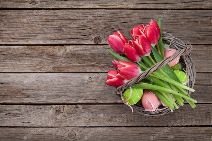 Rote Tulpenblüten und Ostereier