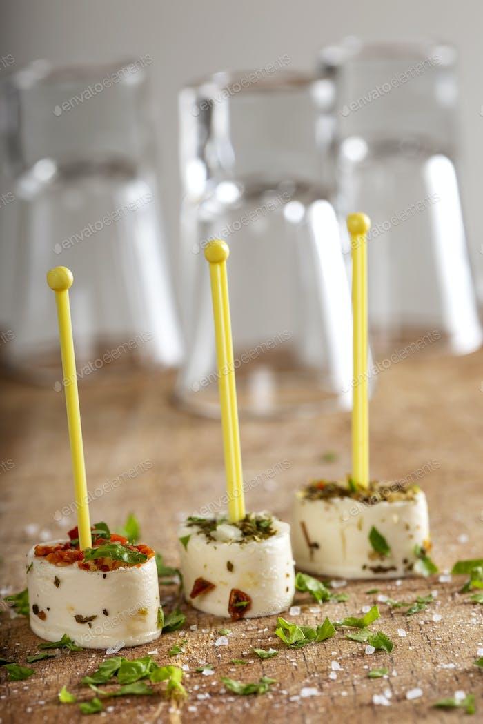 Kleine Vorspeise aus Käse und getrocknetem Gemüse